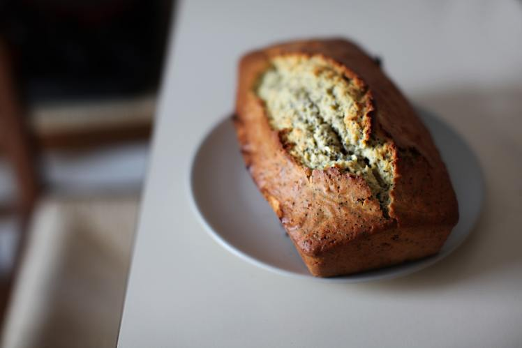 close-up-photography-of-banana-bread-on-saucer-830894