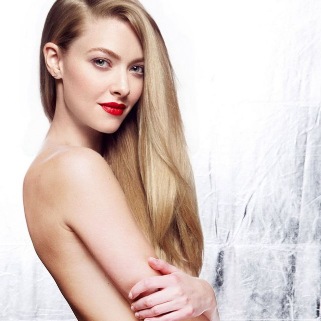 Amanda Seyfried on Bed Sexy Pictures