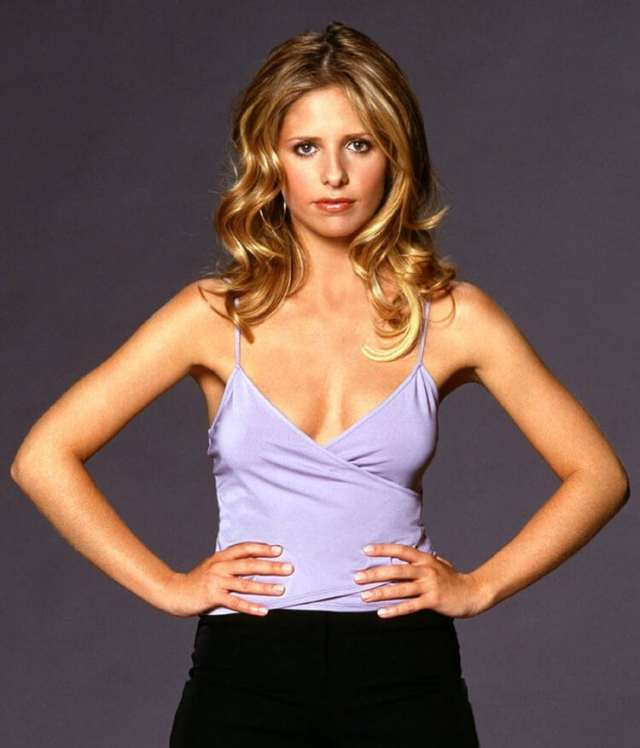 sarah michelle gellar hot cleavage