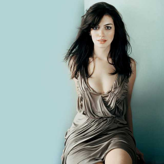 anne hathaway cleavage pics