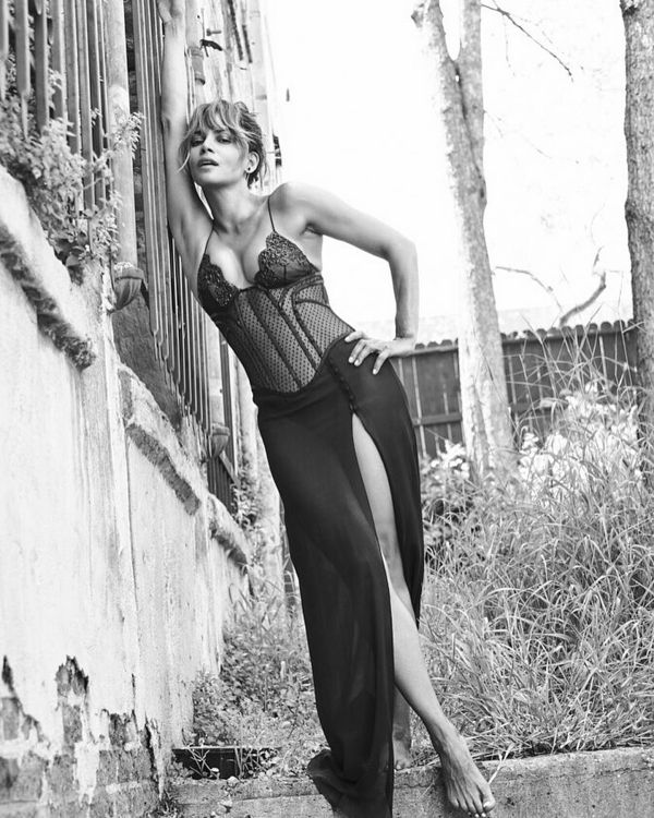 Halle-Berry-Sexy-in-Black-White-