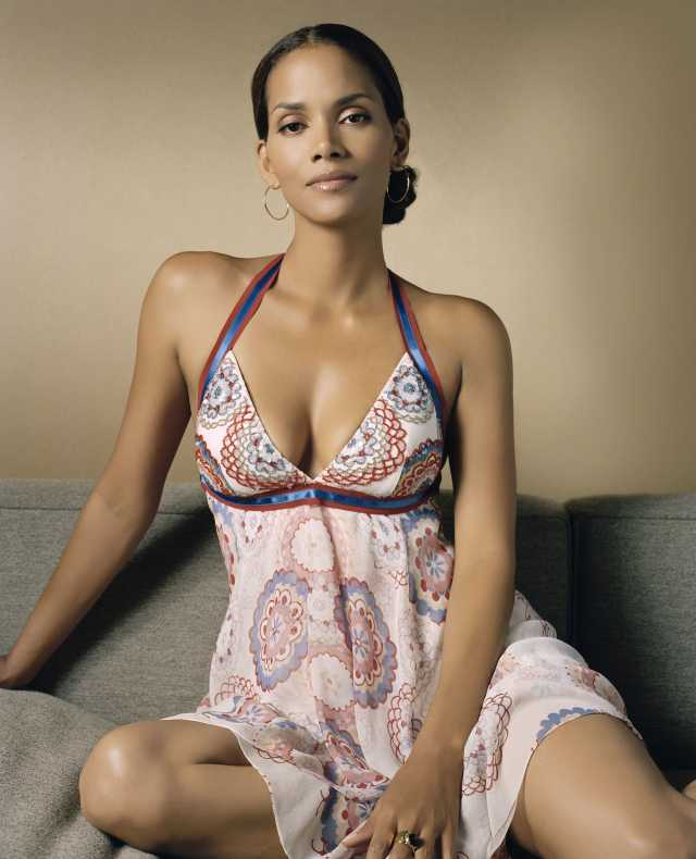 Halle Berry cleavages pictures