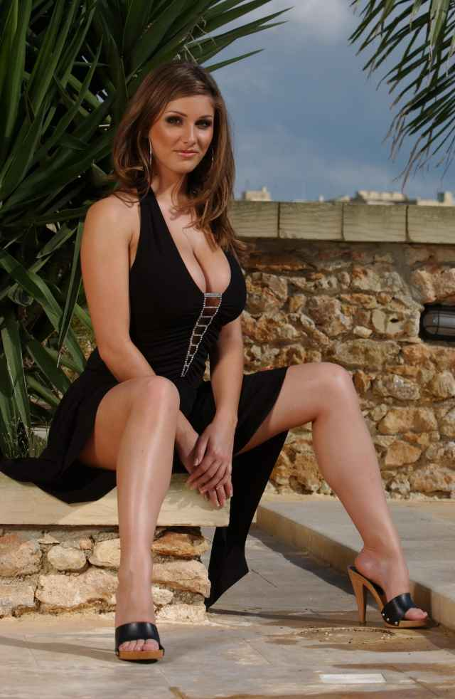 Lucy-Pinder-sexy dress black