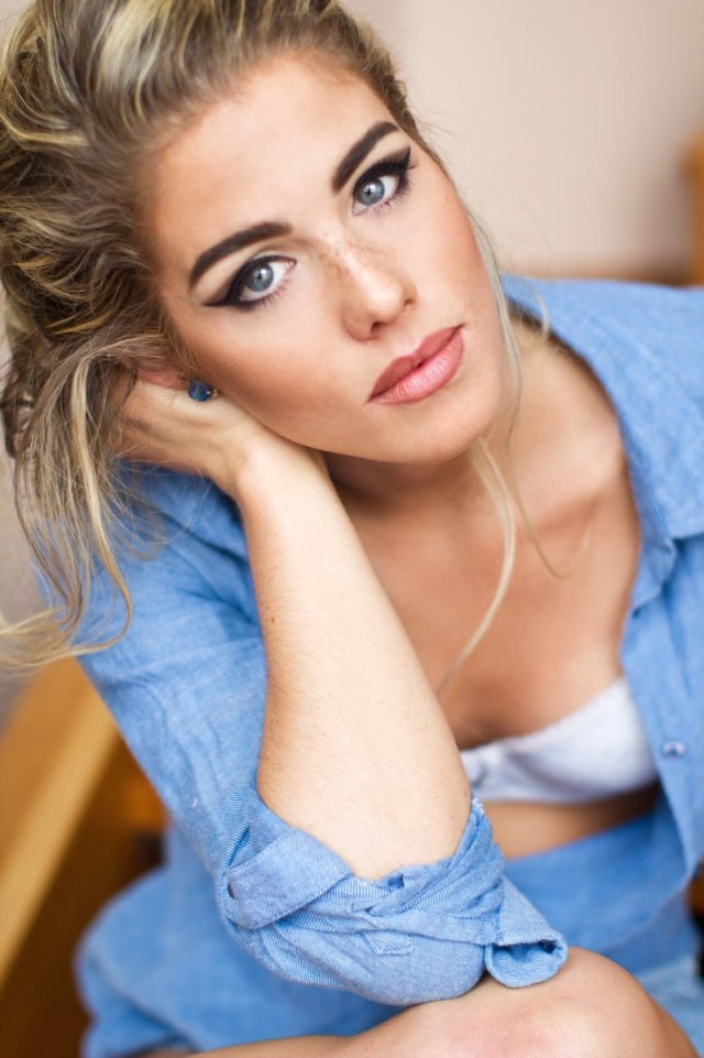 emily-bett-rickards-too-hot