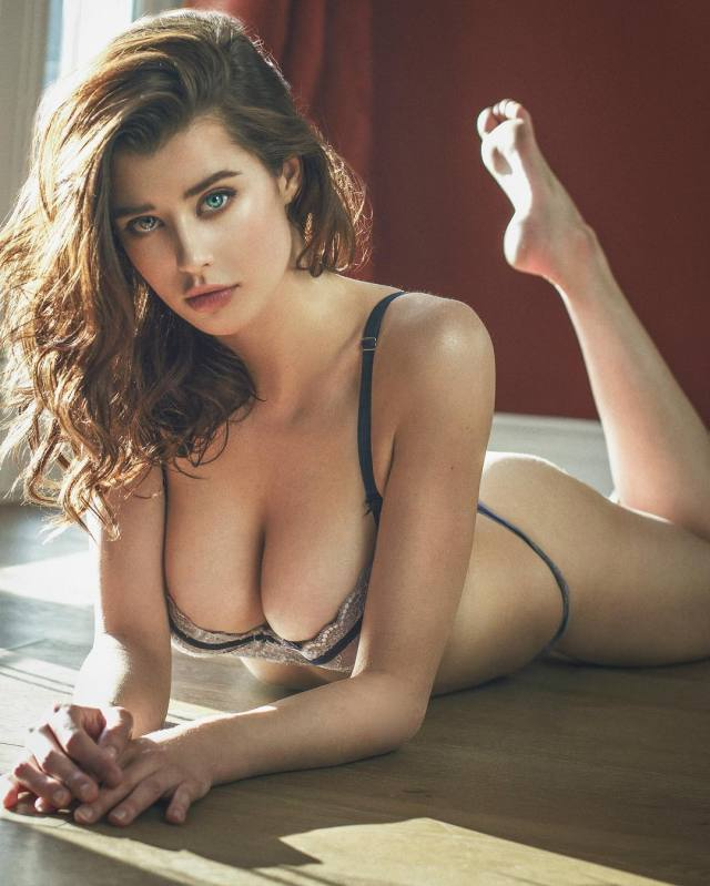 sarah mcdaniel cleavages sexy pics