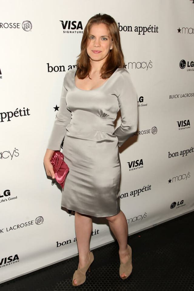 Anna Chlumsky cleavage pic