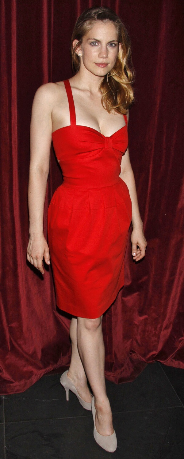 Anna Chlumsky red hot look