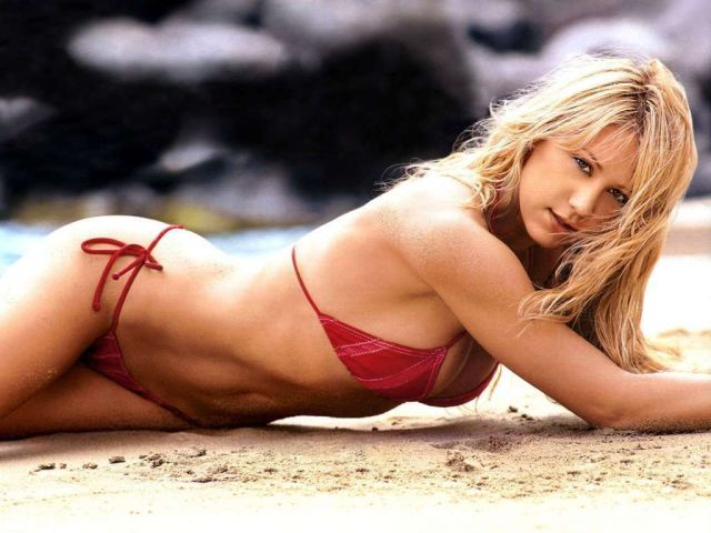 Anna Kournikova hot in beach