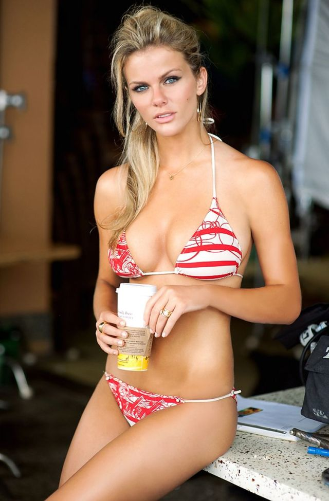 Brooklyn Decker sexy cleavages
