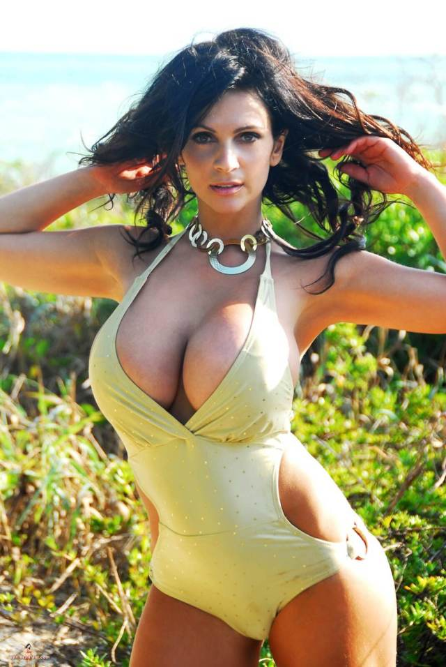 Denise Milani hot bust ypic