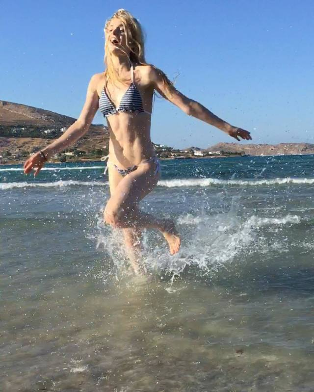 Elena Kampouris beach (2)