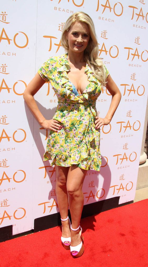 Holly Madison hot in red carpet
