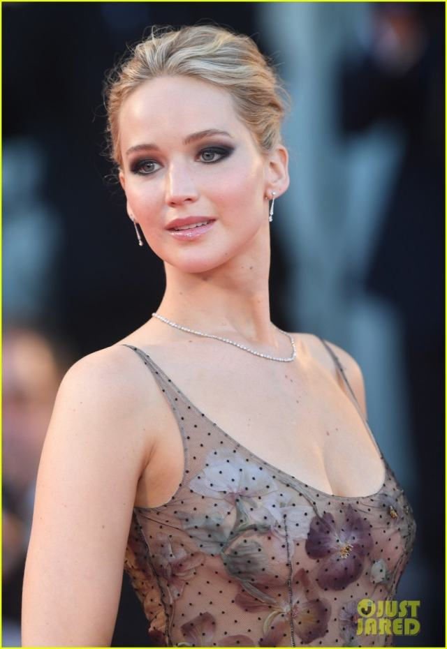 Jennifer Lawrence cleavages hot pic (2)