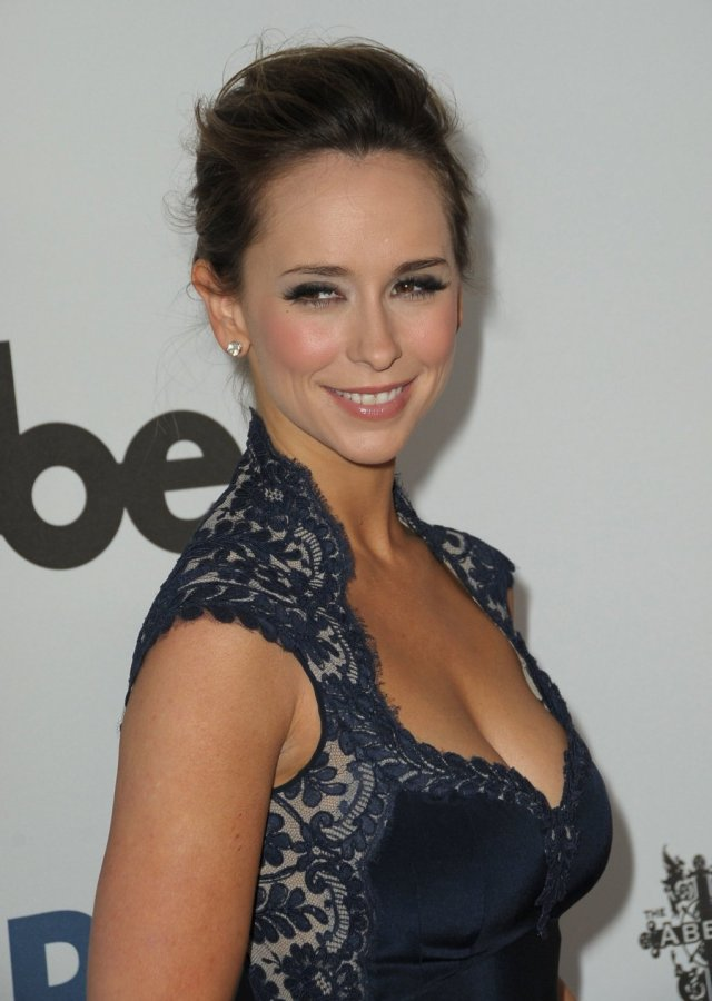 Jennifer Love Hewitt hot cleavage picture