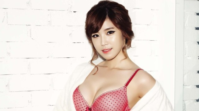Jun Hyo-seong sexy cleavage