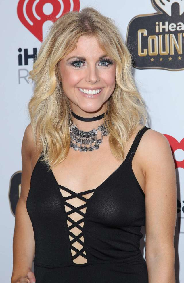 Lindsay Ell cleavages sexy pics