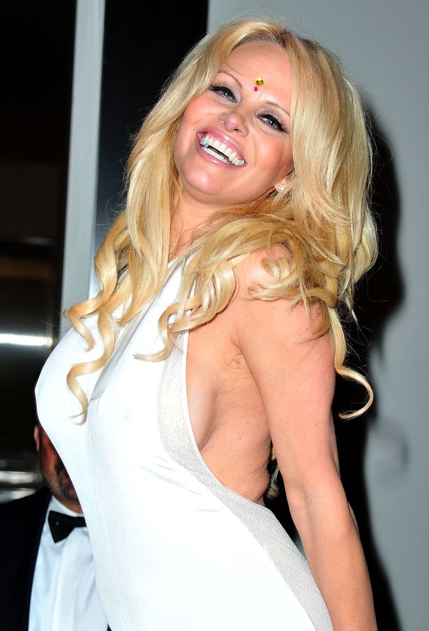Pamela Anderson sexy side booty