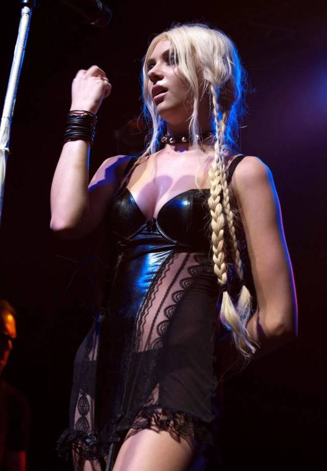 Taylor Momsen hot pictures