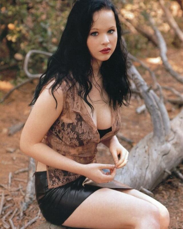 Thora Birch cleavage pic (2)