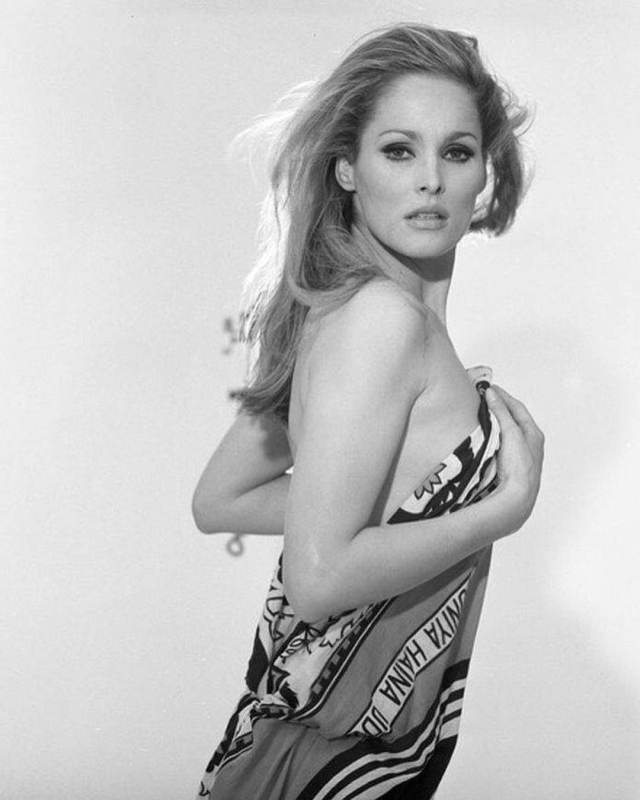 Ursula Andress hot cleavages pictures