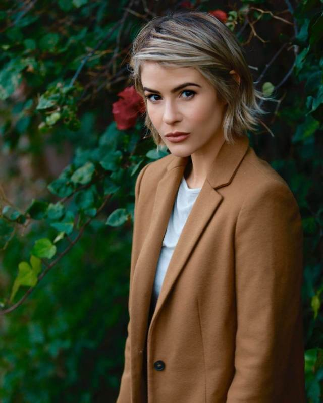 Linsey Godfrey awesome look