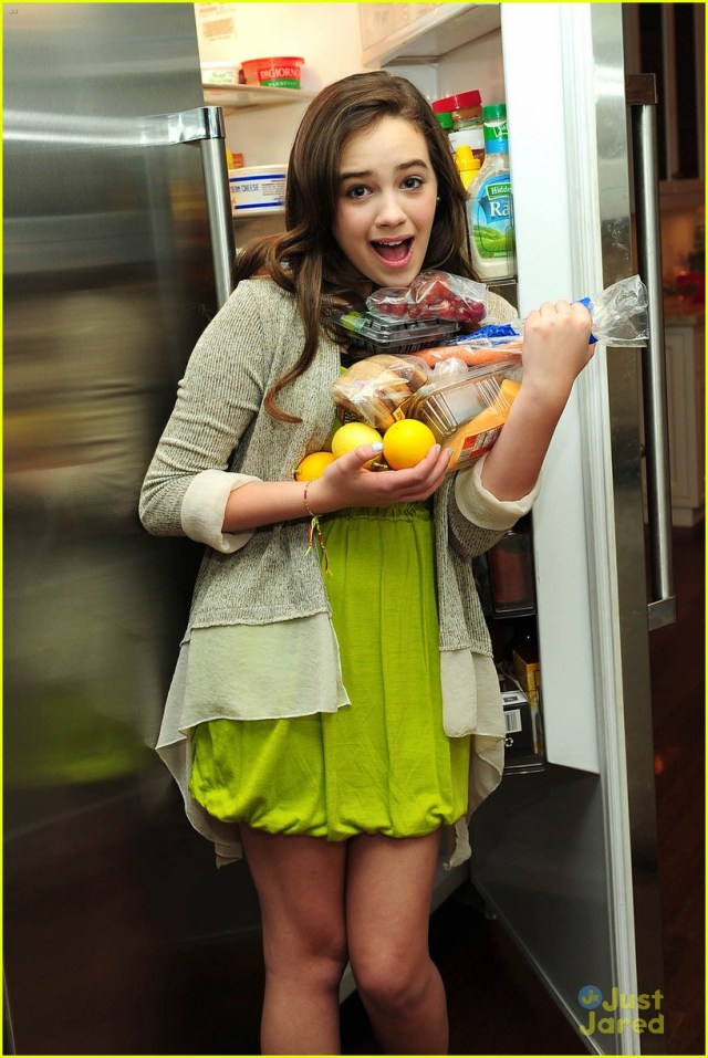 Mary Mouser hot pic (3)