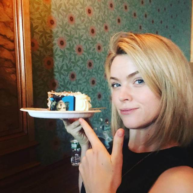 erin richards with cake