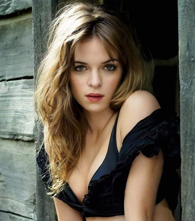 Danielle Panabaker hot cleavage
