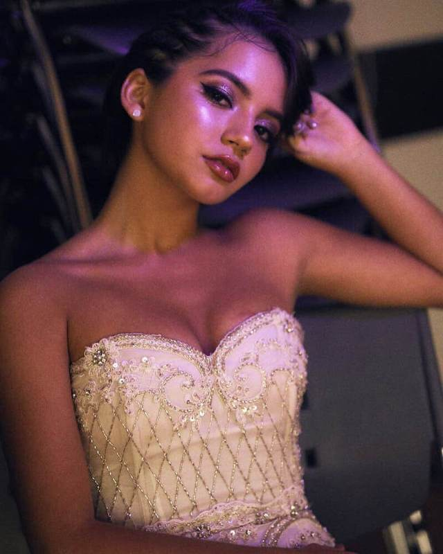 Isabela Moner sexy cleavage