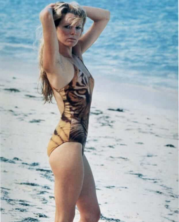 Kim Basinger SEXY SIDE LOOK PIC