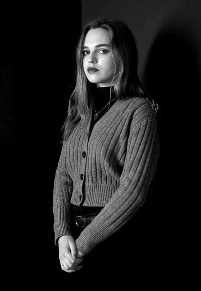 Odessa Young awesome pic