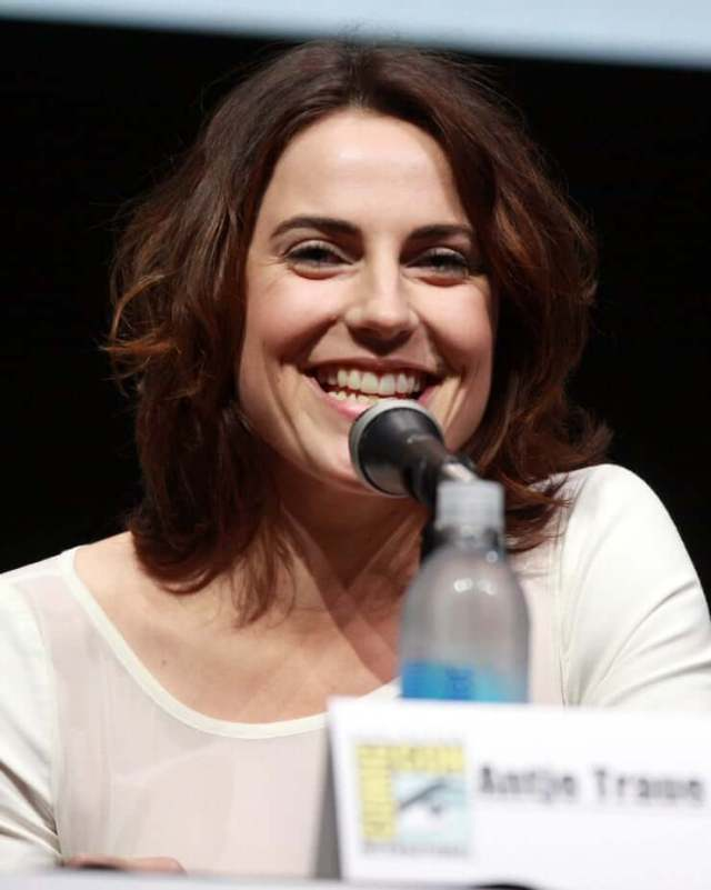 antje traue on the mic