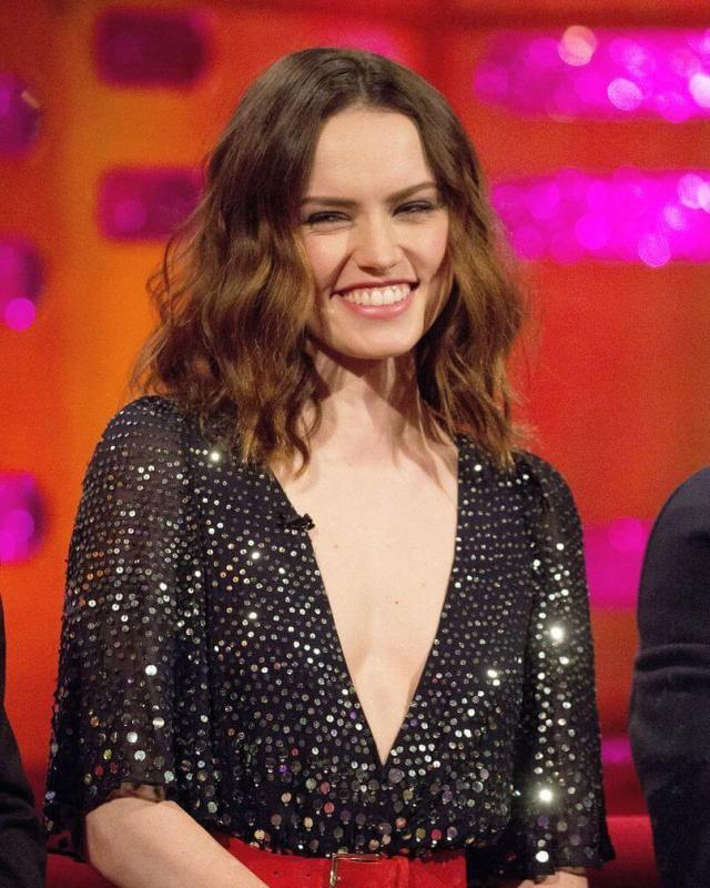 daisy ridley cleavage pictures