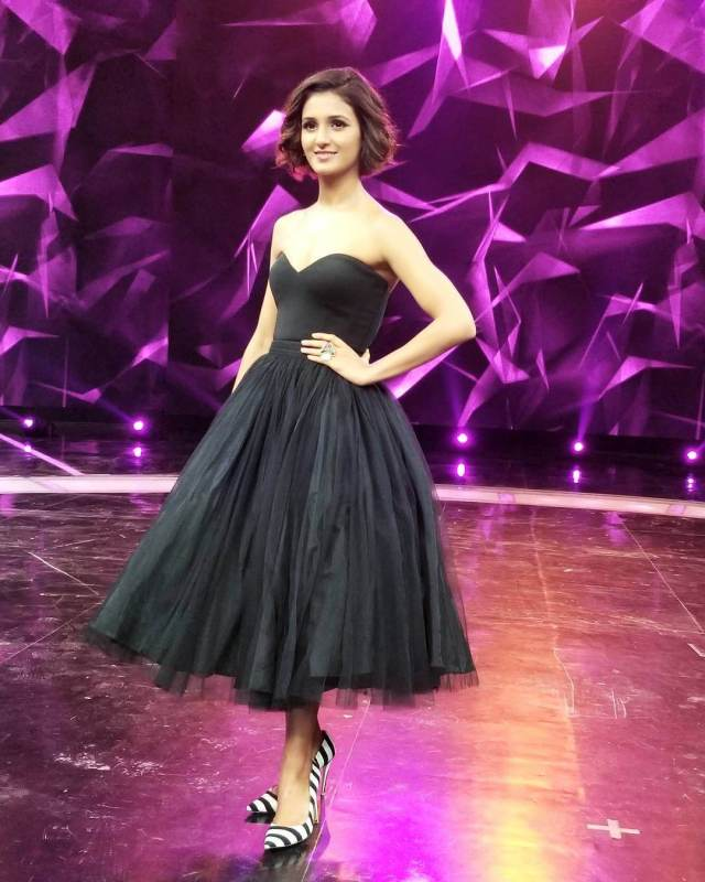 shakti mohan sexy cleavages photos