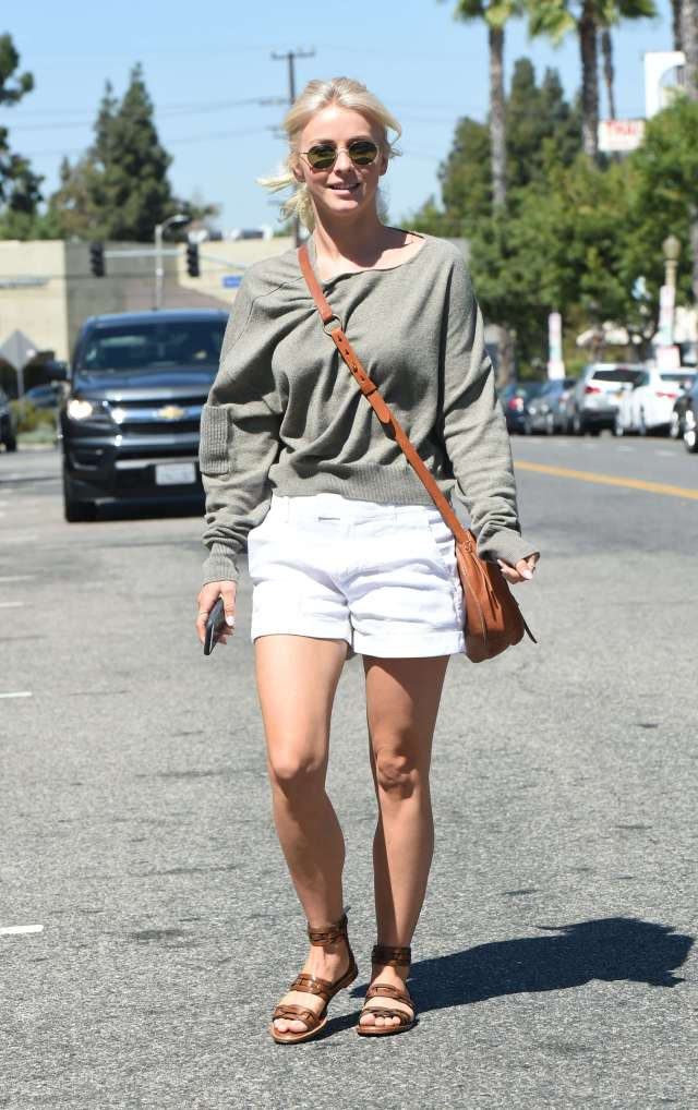 Julianne Hough hot legs pic