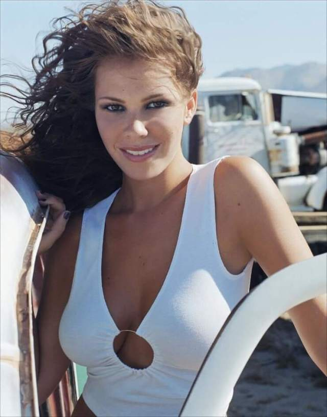 nikki cox cleavage photo