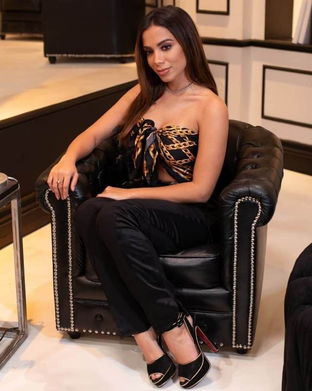 Anitta sexy busty picture (2)