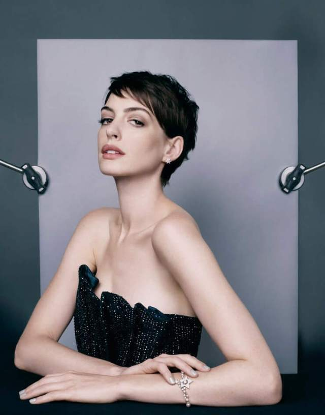 Anne Hathaway hot cleavage pic