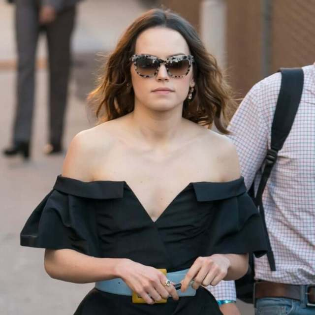 Daisy Ridley cleavage (1)