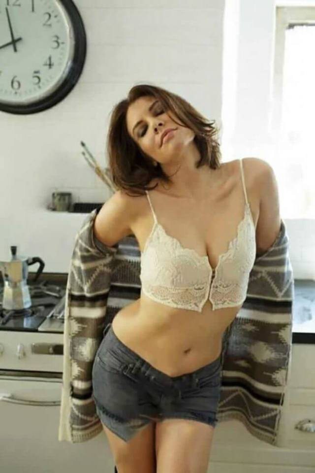 Lauren-Cohan-hot-photo-2-696x1044