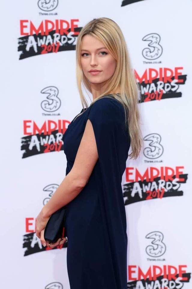 Lily Travers sexy side photos
