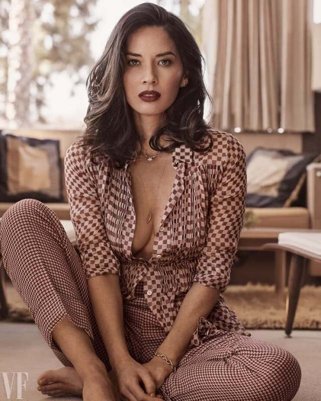 Olivia-Munn-big-and-hot-boobs-cleavage-1
