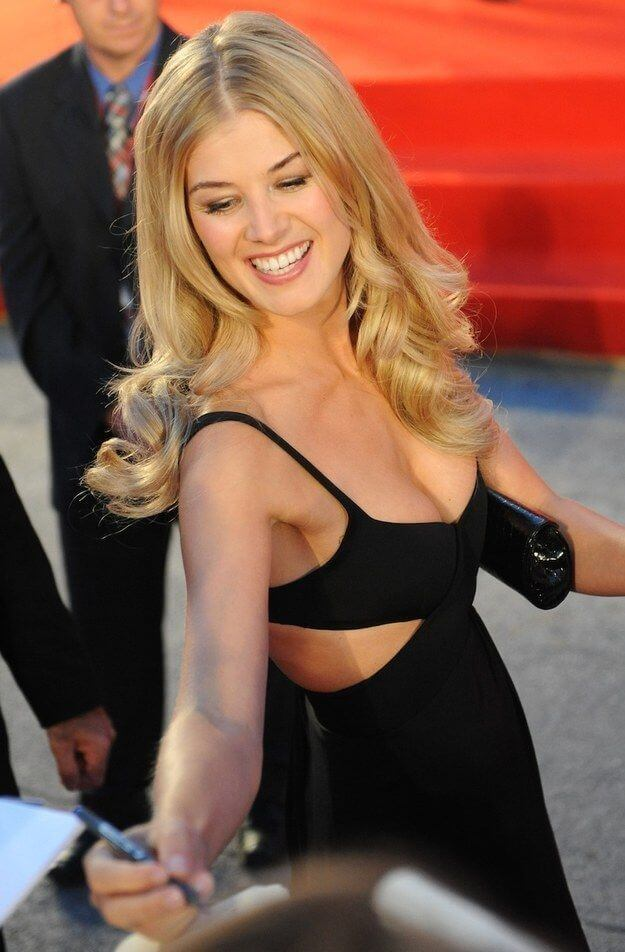 Rosamund-Pike-awesome-cleavage
