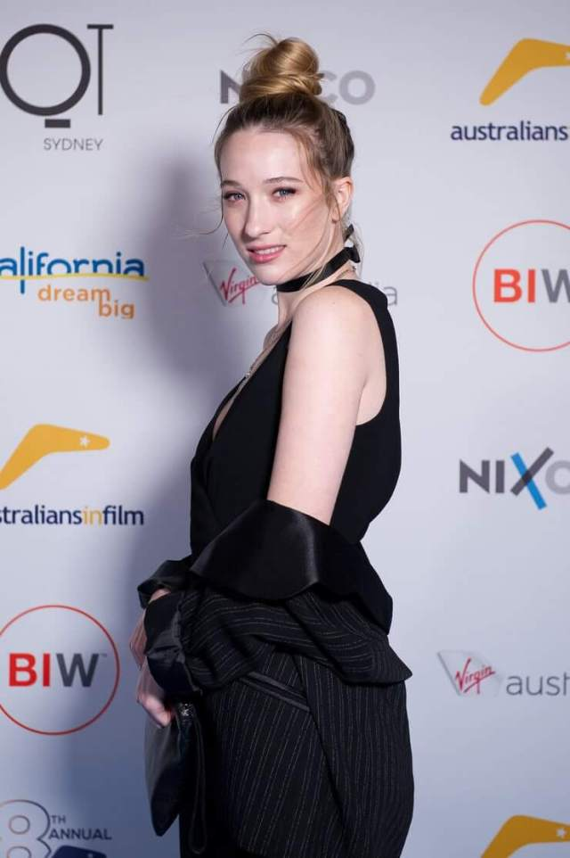 sophie lowe sexy side pose