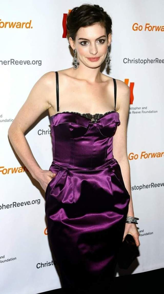 Anne Hathaway sexy busty pic