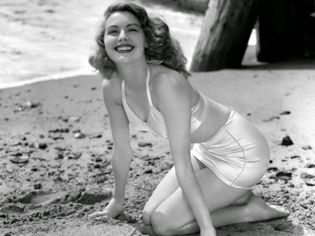 Ava Gardner awesome cleavage (2)