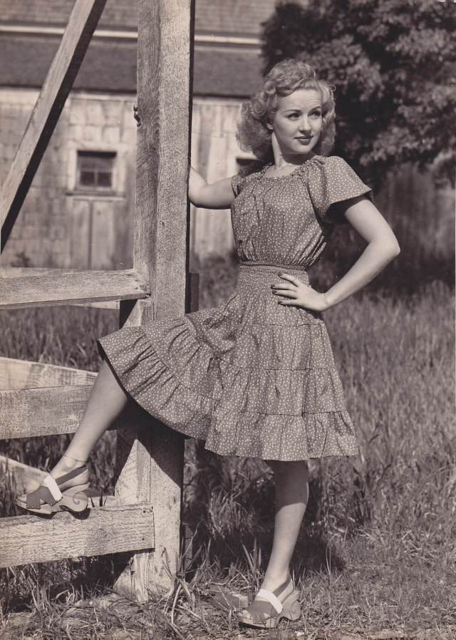 Betty Grable thighs pics (2)