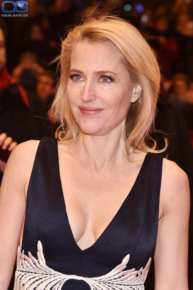 Gillian Anderson hot busty pictures (1)