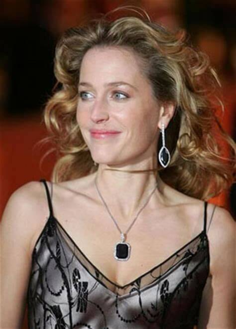 Gillian Anderson hot cleavage pictures (4)