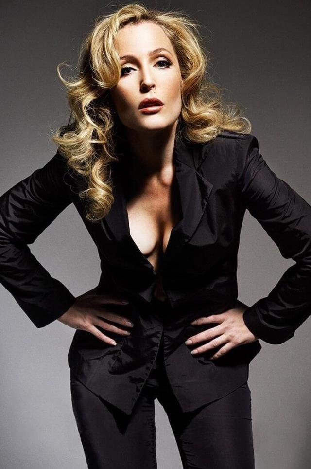 Gillian Anderson sexy cleavage pictures (3)
